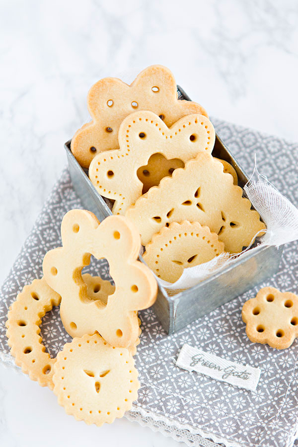 Christmas-lace-biscuits-emmajayne-designs